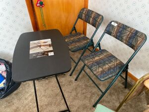 2 folding chairs, adjustable table