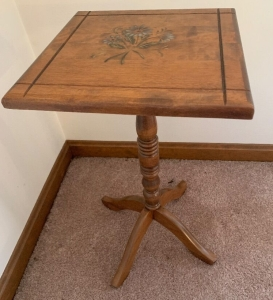 Pedestal table with floral design
