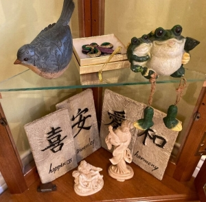 4 Japanese plaques, bird figure, frog figure, 2 figurines